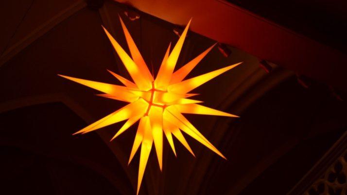Eine kleine Kerze leuchtet durch die Nacht