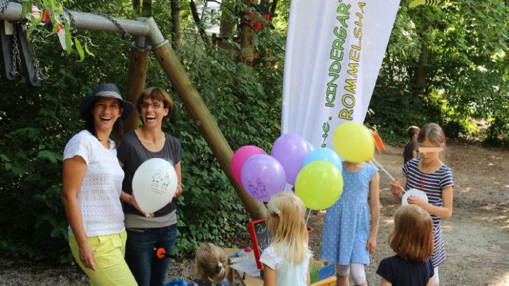 Bunte Luftballons und nette Gespräche