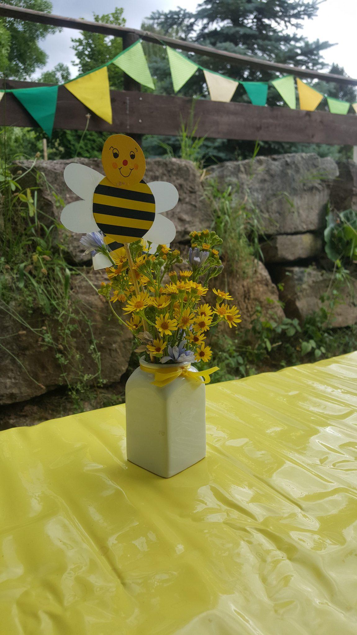 Beim Sommerfest auf der Wiese, da summen die Bienen herum…